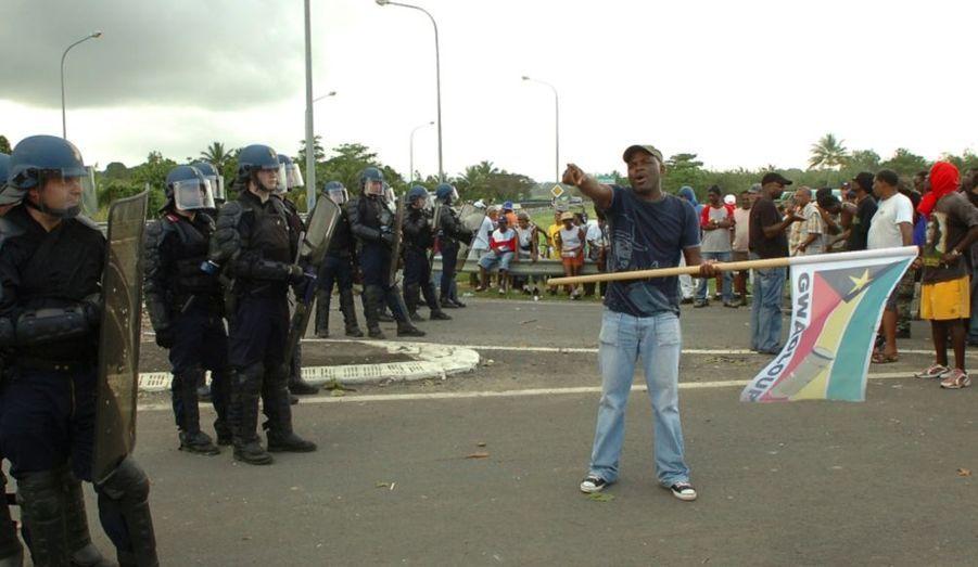 """Malgré la radicalisation du conflit en Guadeloupe, et notamment la mort mercredi matin d'un syndicaliste, Yves Jégo juge possible un accord salarial avant la fin de la semaine en Guadeloupe. """"Un travail de fond a été entrepris pour déblayer toutes les problématiques, pour poser sur la table beaucoup de choses qui le sont déjà aujourd'hui"""", a déclaré le secrétaire d'Etat à l'Outre-mer mercredi, dans les couloirs de l'Assemblée nationale."""