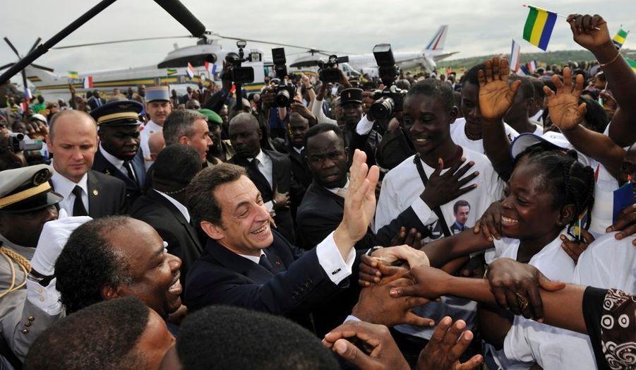 Nicolas Sarkozy est arrivé mercredi matin au Gabon, première étape d'une mini tournée africaine qui doit le conduire ensuite au Rwanda. Le président français a entamé sa visite par Franceville, dans le sud-est du pays, où il a été accueilli par son homologue Ali Bongo. Les deux hommes devaient gagner Libreville, la capitale, en milieu de journée. Cela fait la troisième fois en deux ans qu'il se rend au Gabon, où il n'est pourtant pas forcément le bienvenue contrairement aux apparences. La dernière fois, il avait été sifflé en entrant dans le palais présidentiel de Libreville.