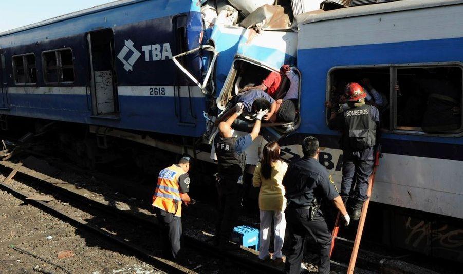49 morts et plus de 600 blessés: c'est le terrible bilan provisoire d'un accident ferroviaire, mercredi matin à Buenos Aires, ont annoncé les autorités argentines. Un train de banlieue n'est pas parvenu à s'arrêter à son arrivée dans la gare de Once, dans le centre de Buenos Aires, sans doute en raison d'une probable défaillance des freins.
