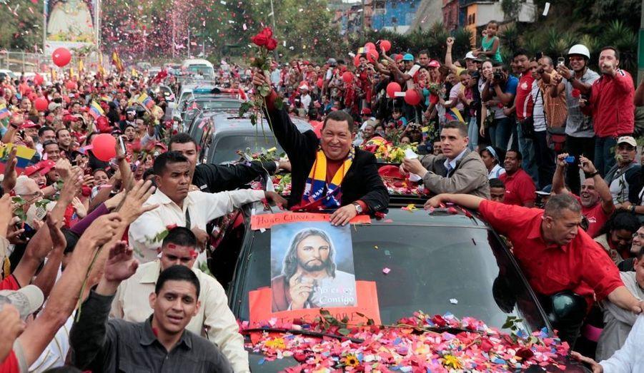 """Le président vénézuélien Hugo Chavez, qui a déjà subi l'an dernier l'ablation d'une tumeur maligne au niveau du pelvis, s'est envolé vendredi à Cuba pour y subir une nouvelle opération d'une cellule cancéreuse. A Caracas, sur la route menant à l'aéroport Simon Bolivar,Chavez a été acclamé par des milliers de partisans, certains lui offrant des cadeaux à son passage. Arrivé dans la journée, le leader de la révolution bolivarienne a été reçu par le président cubain Raul Castro, après avoir voyagé accompagné de ses trois filles, du ministre de la Santé, du ministre des Affaires étrangères ainsi que d'autres membres du gouvernement.Le président vénézuélien, âgé de 57 ans, a fait état mardi d'une """"petite lésion à l'endroit où la tumeur a été enlevée"""" l'année dernière à Cuba, tumeur qui avait la taille """"d'une balle de baseball"""",selon lui. Cette nouvelle opération de Chavez survient à six mois de l'élection présidentielle qui sera l'occasion pour le président sortant de briguer un nouveau mandat de six ans.    ."""