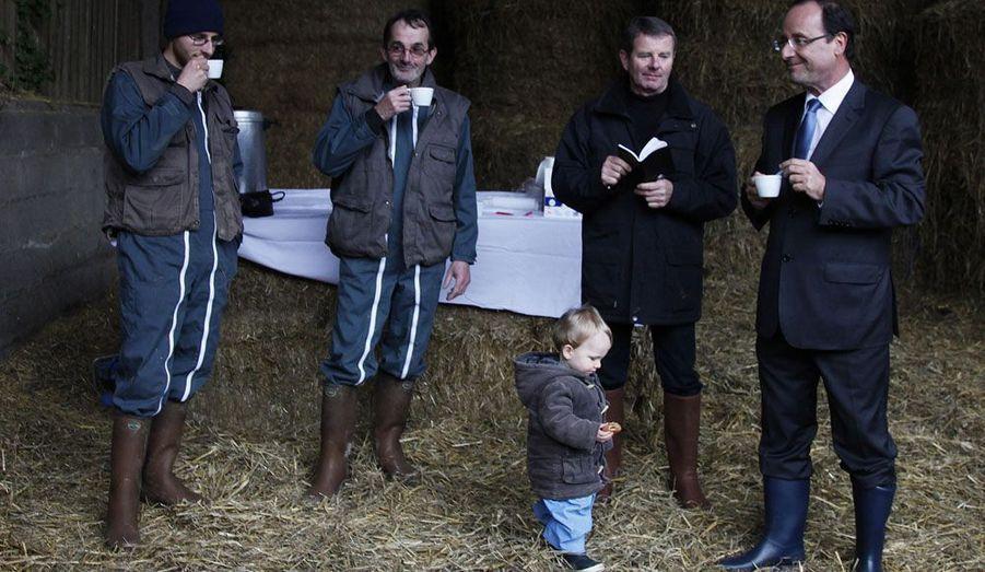 En visite dans une ferme de Parné-sur-Roc, en Mayenne, François Hollande s'offre un moment de repos en compagnie d'agriculteurs.