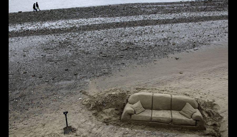 Un canapé en sable, sur les bords de la Tamise, à Londres.