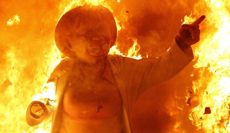Une reproduction en bois de la chancelière allemande Angela Merkel brûle durant le festival Fallas, qui annonce le début du printemps et commémore la Saint-Joseph, à Valence, en Espagne.