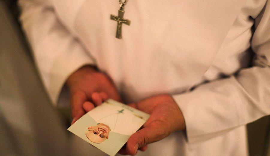 Une none tient une photographie du nouveau Pape François à l'église de Suyapa, à Tegucigalpa aux Honduras. Le Pape a célébré sa messe inaugurale mardi dernier. Son élection donne du renouveau et de l'espoir à l'Eglise, mais une nouvelle vague de scandales frappe encore une fois les institutions catholiques.