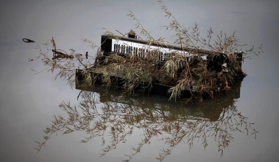 Un piano retrouvé dans l'eau à Rizuken-Takata, au Japon, plus d'une semaine après le tsunami consécutif au tremblement de terre du 11 mars dernier.