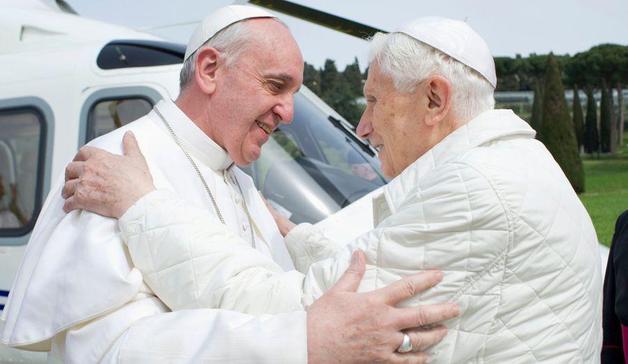 Le pape François et son prédécesseur Benoit XVI se sont rencontrés ce samedi à Castel Gandolfo, où réside désormais le pape émérite.