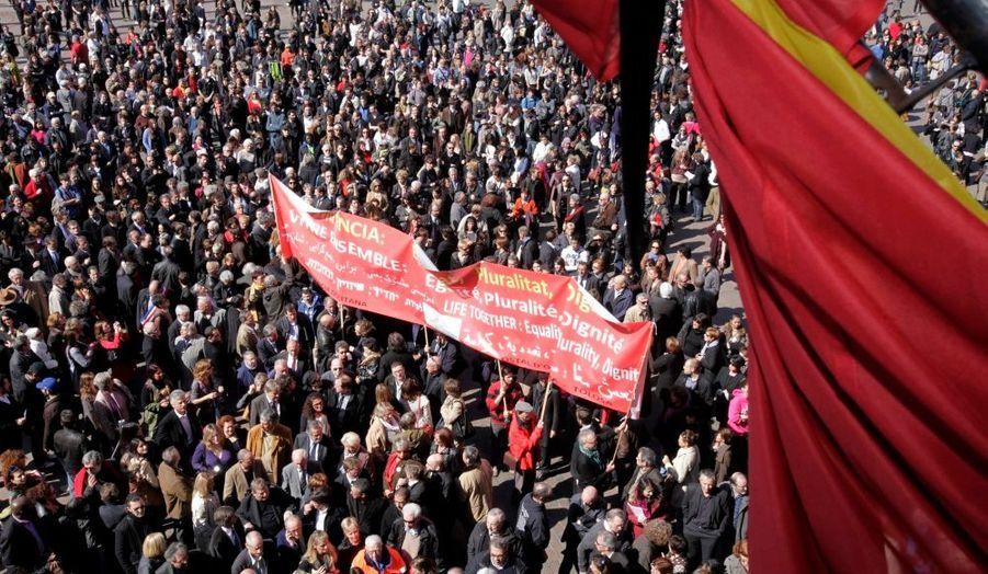 Plusieurs milliers de personnes se sont réunies ce vendredi midi sur la place du Capitole de Toulouse. Une minute de silence y a été respectée en mémoire des victimes de Mohamed Merah.