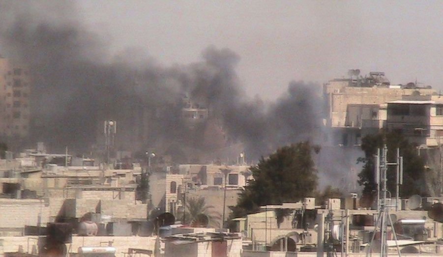 De la fumée s'élève du quartier de Bab Sabaa, à Homs, en Syrie. La répression s'y poursuit, plus d'un an après le début de la révolte contre Bachar al-Assad.