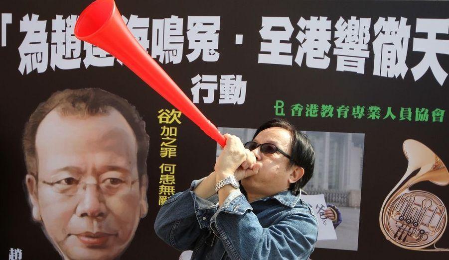 Des manifestants réclament la libération de Zhao Lianhai, à Hongkong. Ce père de famille a été condamné à deux ans et demi de prison ferme pour trouble à l'ordre public alors qu'il réclamait des sanctions contre les responsables de l'affaire du lait contaminé.