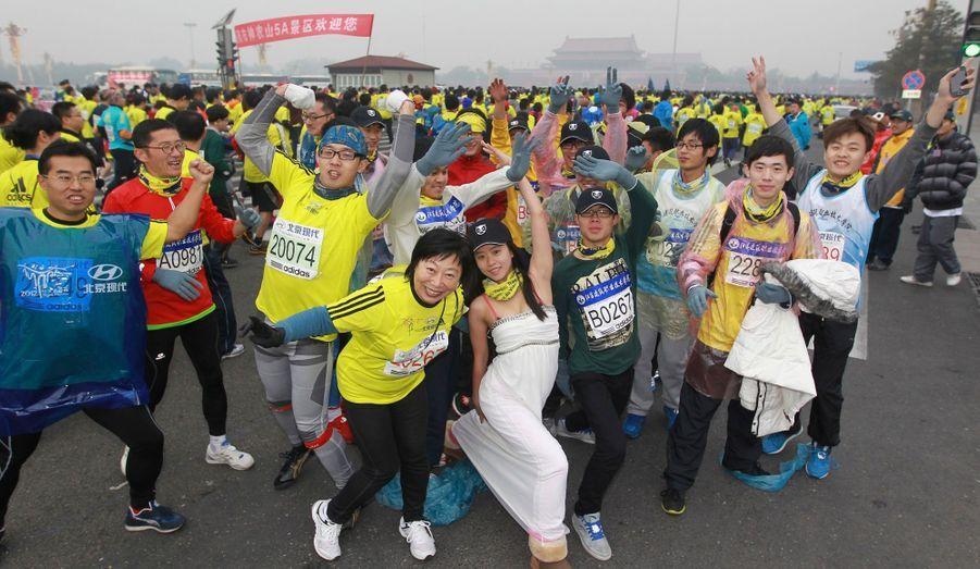 Quelques-uns des 30 000 participants du marathon de Pékin traversent le place Tiananmen ce dimanche.