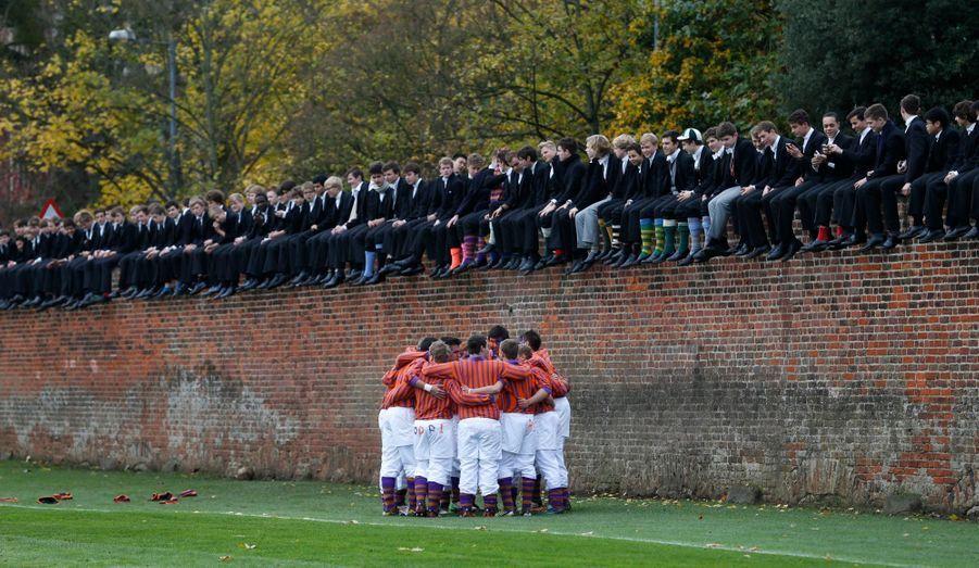 Comme tous les ans depuis 1766, les élèves de la prestigieuse université d'Eton, en Angleterre, participent à l'Eton Wall Game. Le but du jeu? Déplacer la balle le long du mur -soit sur 110 mètres- avec le pied, et marquer un but tout au bout. Or, ceci n'arrive que très rarement: le dernier a eu lieu en 1909.