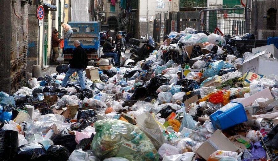 Les rues de Naples, envahies par les détritus. Le gouvernement italien s'est engagé à verser 150 millions d'euros jeudi dernier afin de résoudre la crise des ordures, nottament par la construction d'incinérateurs dans la région.