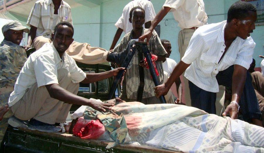 """L'attaque de mardi dans un hôtel de Mogadiscio fréquenté par des responsables politiques a fait 31 morts dont six députés, selon un dernier bilan annoncé par le ministère somalien de l'Information. """"Six des députés qui logeaient dans l'hôtel font partie des tués dans l'attaque. De plus, cinq agents de la sécurité du gouvernement ont péri dans l'opération. (Les hommes armés) se sont finalement fait exploser"""", dit un communiqué du ministère."""