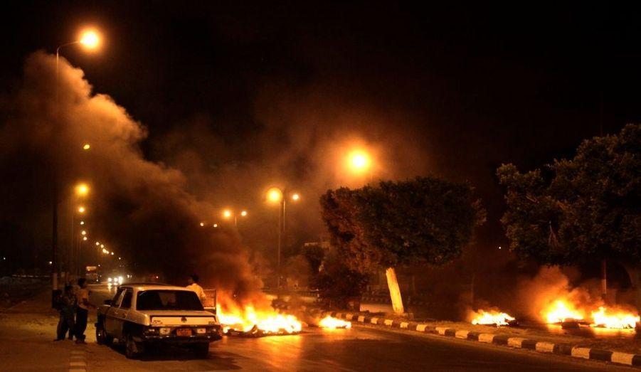 Une voiture s'arrête devant une barricade de feu construite par des fugitifs à Sheikh Zoyed, dans le Nord-Sinaï. Le contrôle des autorités égyptiennes sur cette région de l'est du pays est devenu plus compliqué depuis le départ du pouvoir d'Hosni Moubarak.