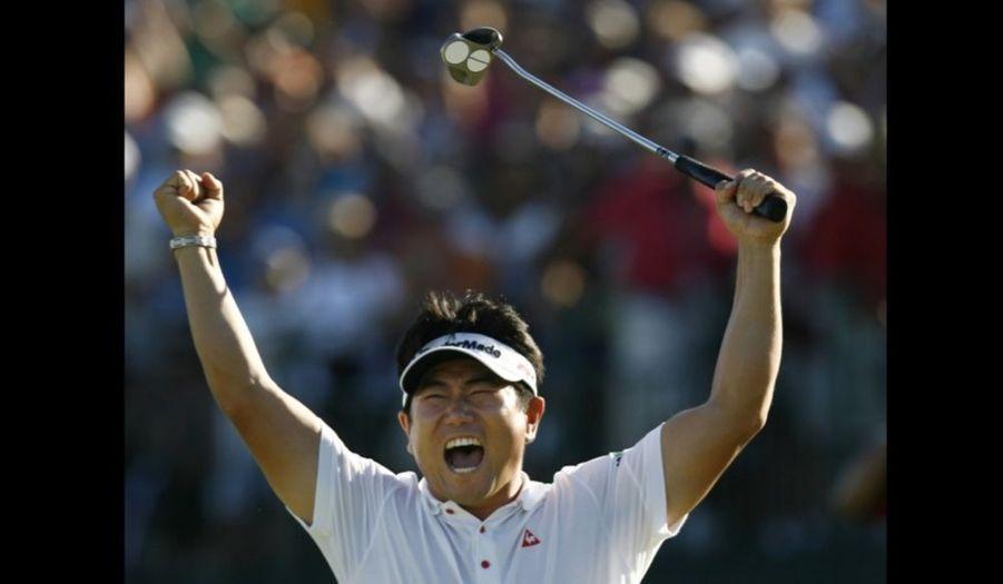 Le Sud-Coréen Yong-Eun Yang a remporté dimanche, à la surprise générale, le championnat de l'USPGA, dernier Grand Chelem de l'année, sur le parcours du Hazeltine National Golf Club, à Chaska, dans le Minnesota. Premier golfeur asiatique à s'imposer dans un Majeur, Yang a terminé la compétition avec un total de 280 (-8), trois coups de mieux que l'Américain Tiger Woods (-5) qui ne remportera pas cette année son 15e Grand Chelem. Le numéro un mondial, qui avait mené l'épreuve depuis le premier jour, a notamment failli à cause de son putting.