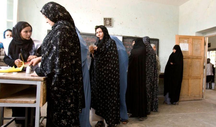 Quelque 17 millions d'électeurs sont appelés à voter aujourd'hui en Afghanistan, pour les élections présidentielle et régionales. Pour l'heure, les menaces des taliban ne semblent pas dissuader outre-mesure les Afghans d'aller effectuer leur devoir démocratique. Depuis l'ouverture des bureaux de vote, des incidents sporadiques ont été signalés dans plusieurs endroits du pays, mais aucune attaque majeure n'a pour l'instant eu lieu.
