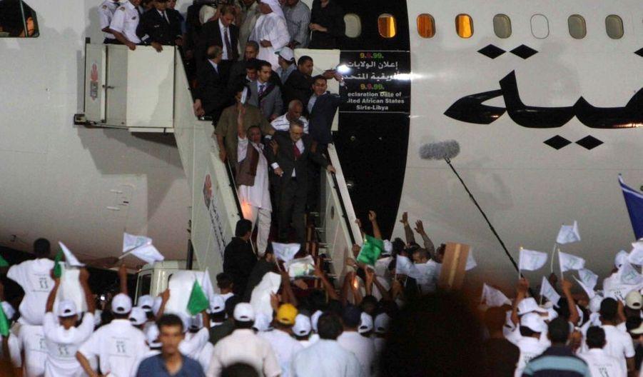 Abdel Basset al Megrahi, condamné à la prison à vie pour l'attentat de Lockerbie (1988), mais libéré hier pour des raisons de santé, a été accueilli en héros en Libye, tandis que les familles des victimes et la communauté internationale, notamment Barack Obama, dénoncent cette grâce.