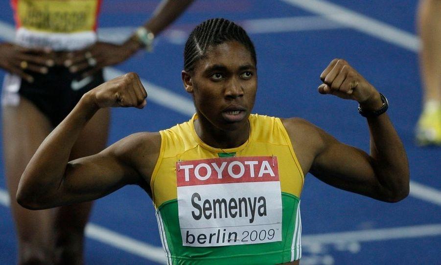 Après sa prestation époustouflante lors des championnats du monde de Berlin, Caster Semenya est soumise aux rumeurs les plus folles. Physique plutôt imposant, voix grave, la championne du 800m sème le doute. De ce fait, la Fédération internationale d'Athlétisme a commencé à la soumettre à des tests de féminités. La Fédération internationale a contacté celle d'Afrique du sud, nation de l'athlète, pour recueillir tous les documents permettant d'établir le sexe de Caster Semenya. Le résultat de cette enquête ne sera connu qu'après plusieurs semaines.
