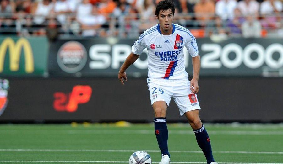 Les premières minutes de Yoann Gourcuff et le retour à la compétition de Lisandro Lopez n'ont pas souri à l'Olympique Lyonnais qui s'est incliné (2-0) samedi sur le terrain du FC Lorient à l'occasion de la 4e journée de Ligue 1. Les Merlus empochent leur première victoire de la saison grâce au penalty de Gameiro (8e) et au tir de Kitambala (66e) et remontent provisoirement à la 11e place du classement avec 4 points au compteur. Avant autant de points dans la besace, l'OL pointe en 10e position et doit déplorer une nouvelle blessure, celle de Cesar Delgado, touché aux ischio-jambiers.