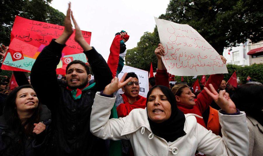 Plus de 8.000 Tunisiens défenseurs d'un Etat laïque ont manifesté lundi à Tunis pour afficher leur opposition au gouvernement islamique d'Ennahda, deux ans jour pour jour après la chute du président Zine Ben Ali.