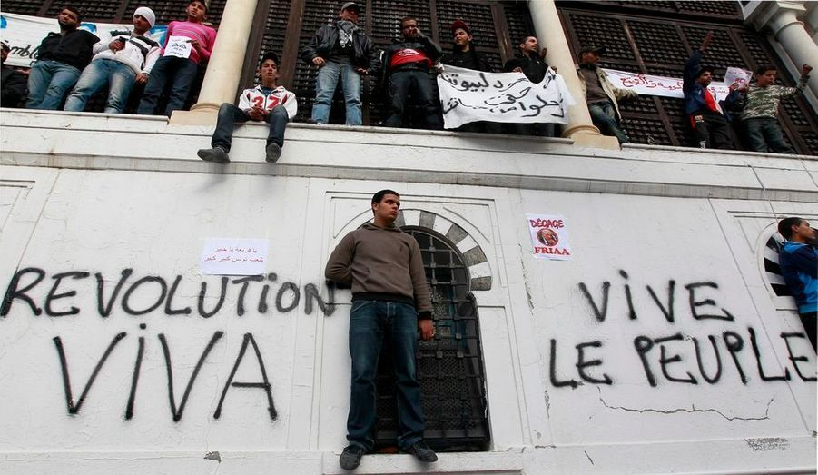 Le Premier ministre du gouvernement d'union nationale Mohamed Ghannouchi a annoncé que les familles de victimes du régime Ben Ali seront indemnisées. Alors que le pays entame ce samedi un deuxième jour de deuil national, l'ex-bras droit du président déchu a annoncé son retrait de la politique après les élections démocratiques.