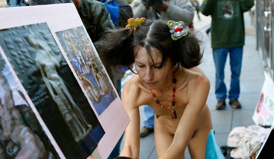 Une activiste du mouvement nudiste brave le froid à San Francisco. Elle espère que le législateur revienne sur une plainte pour nudité en public, alors même que cela exprime une liberté fondamentale, selon elle.