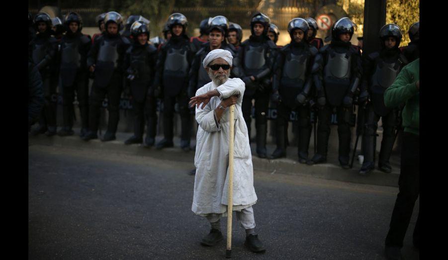 Un protestatairelors d'une manifestation contre l'opération française au Mali devant l'ambassade française au Caire, en Égypte.