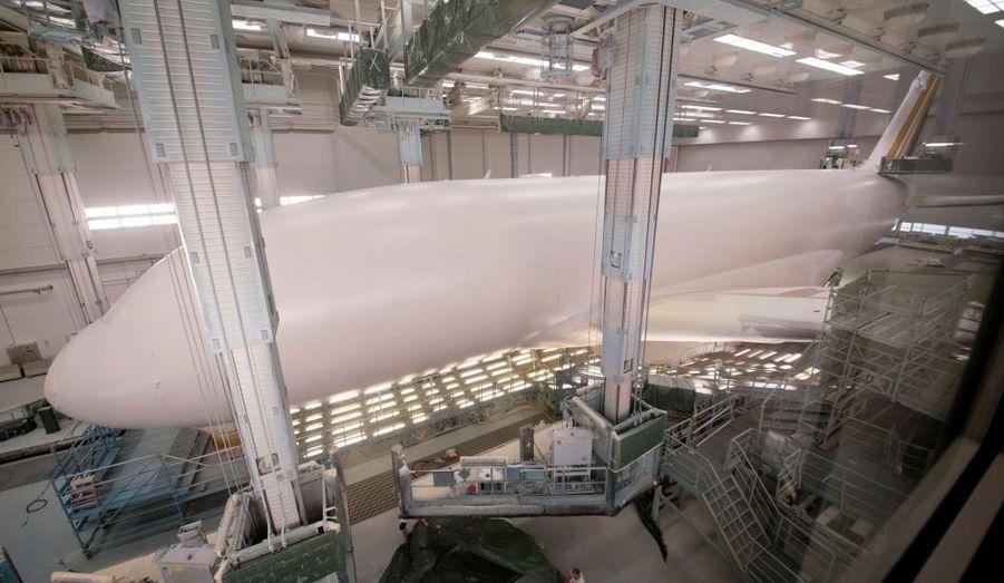 Première couche de peinture sur un A380 dans l'usine d'Airbus de Finkenwerder, près d'Hambourg, en Allemagne.