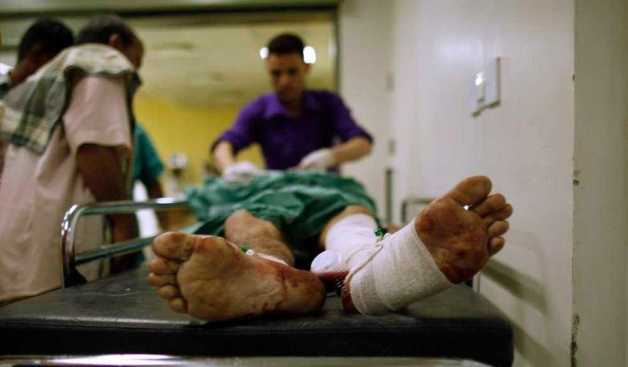 Un attentat suicide a fait au moins 90 morts et plus de 200 blessés lundi à Sanaa, capitale du Yémen, lors de la répétition d'un défilé militaire, a annoncé le ministère de la Défense. Le précédent bilan de source policière était de 63 morts. Le ministre de la Défense et le chef d'état-major assistaient à cette répétition mais ils n'ont pas été touchés par l'attentat commis par un kamikaze portant un uniforme de soldat, a-t-on précisé de source militaire. Il a été revendiqué par Ansar al Charia, un groupe lié à Al Qaïda dans la péninsule arabique (Aqpa) qui contrôle plusieurs villes du sud du pays. Un défilé militaire est prévu mardi à Sanaa à l'occasion de la fête nationale, commémorant la réunification du pays en 1990. Le nouveau président Abd Rabbou Mansour Hadi doit y assister.