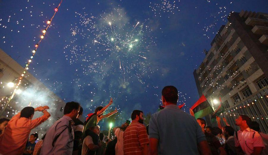 Les habitants de Benghazi, ville de Libye où a débuté la révolution qui a fait chuter Mouammar Kadhafi l'an dernier, célèbrent l'élection de leur nouveau conseil municipal.