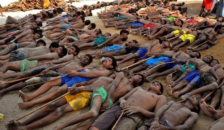 Des peuples tribaux et des fermiers de Jharkhand, un état de l'est de l'Inde, participent à un rituel de prière pour de nouveau ramener la pluie dans la capitale Ranchi.