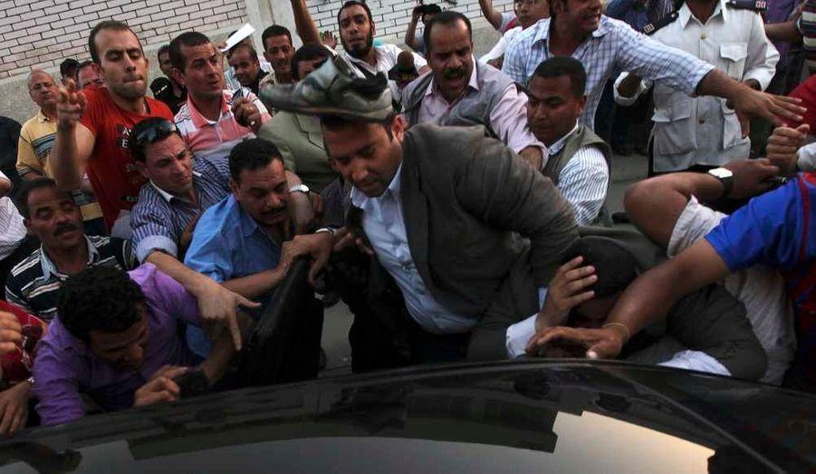 Des Egyptiens ont attaqué la voiture du dernier Premier ministre de Moubarak, Ahmed Chafiq, candidat à l'élection présidentielle, alors qu'il quittait un bureau de vote du Caire.