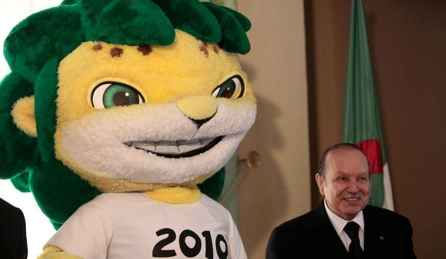 Dans le palais présidentiel d'Alger, Abdelaziz Bouteflika pose à côté de Zakumi, mascotte officielle de la Coupe du monde de la FIFA 2010.