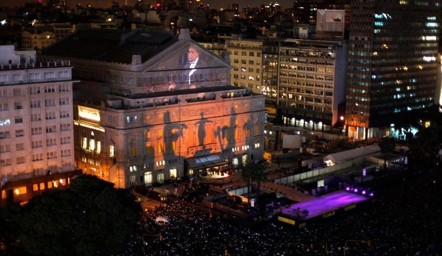 Des images défilent sur la façade du Théâtre Colon, à Buenos Aires. Après quatre ans de restauration, l'édifice, considéré comme l'une des meilleures scènes lyriques du monde, a rouvert ses portes hier.