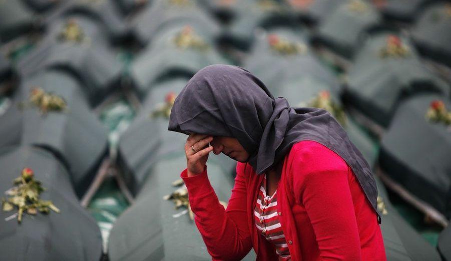 A Visegrad, en Bosnie-Herzégovine, une femme pleure devant les cercueils contenant les restes de 66 musulmans de Bosnie, assassinés il y a 20 ans et jetés dans la rivière Drina. Cette cérémonie d'inhumation solennelle et grave a été entachée par le défilé de vétérans serbes de la guerre dans la même ville.