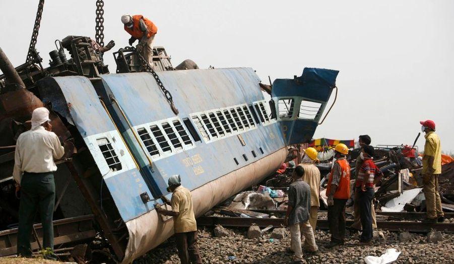 Le bilan de l'accident de train survenu vendredi dans l'est de l'Inde, et attribué à un sabotage des maoïstes, s'alourdit à 115 morts, et les autorités craignant que le bilan ne dépasse les 150 morts.