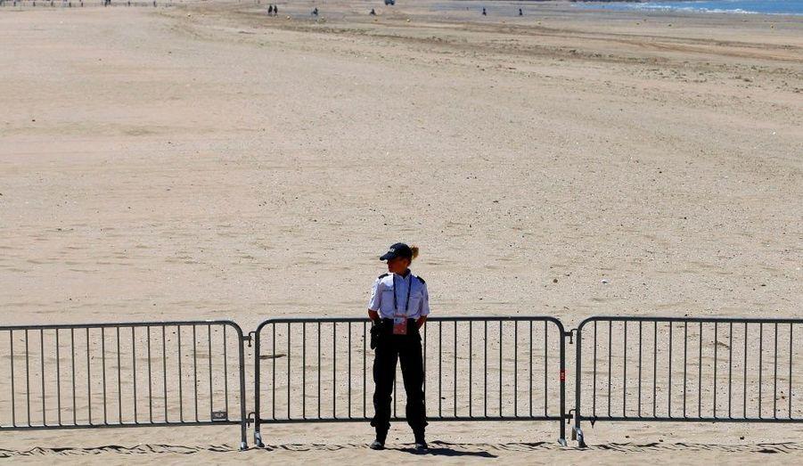 L'accès à la plage de Deauville était bloqué par des barrières, dès cet après-midi, à la veille du G8. La police a entièrement bouclé la zone autour du lieu où se tiendra le sommet, les jeudi 26 et vendredi 27 mai.