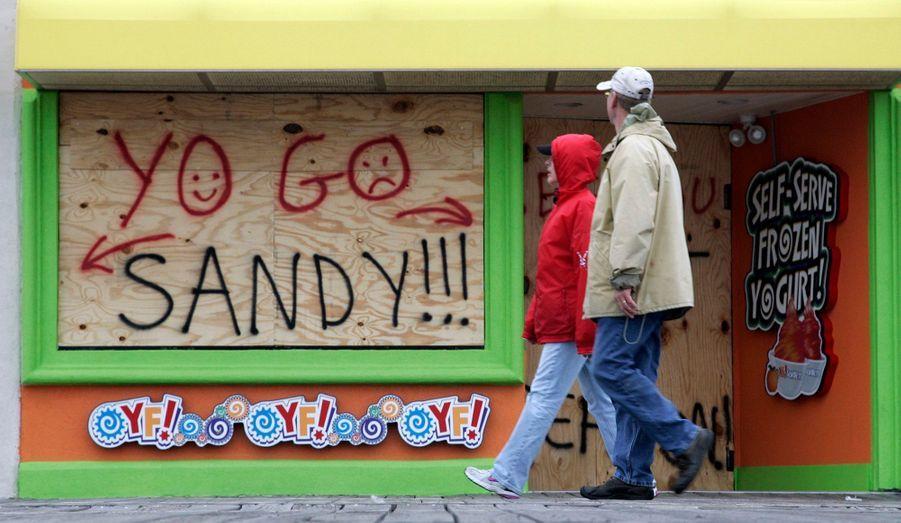 L'Etat de New York et toute la côte Est des Etats-Unis sont dans l'attente avant le passage de l'ouragan Sandy. Le gouverneur de l'Etat de New York, Andrew Cuomo, a annoncé la fermeture de l'ensemble des transports en commun (métro, autobus et trains de banlieue) de la ville de New York à compter de dimanche à 19h00 locales (23h00 GMT), alors que de son côté le maire de New York, Michaël Bloomberg, a ordonné la fermeture, lundi, des écoles ainsi que l'évacuation des riverains de certains quartiers à risque de la métropole.