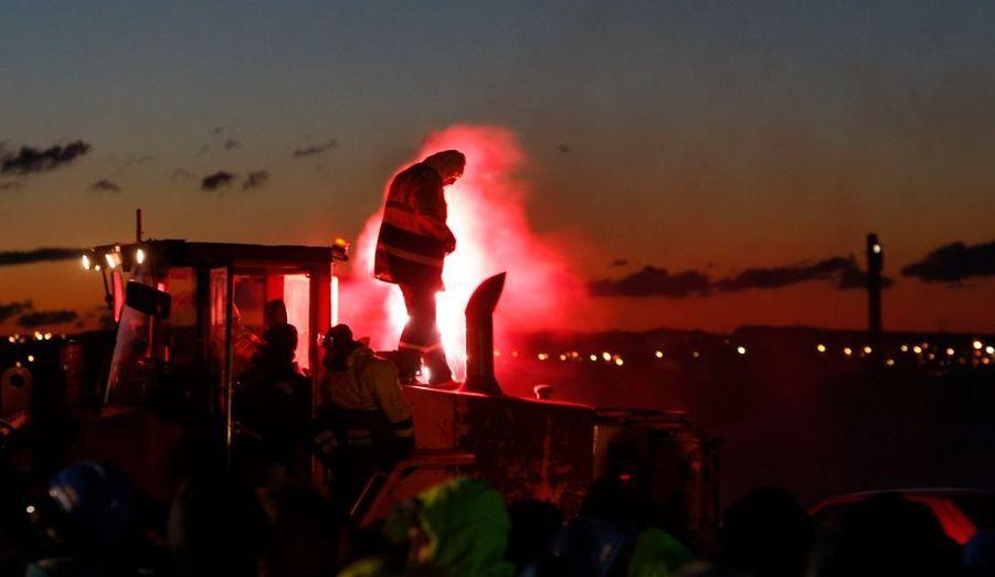 Les quelque 600 dockers et agents du port de Fos-sur-mer (Bouches-du-Rhône) ont levé lundi le blocus mis en place devant le plus important dépôt pétrolier du sud-est de la France, près de Marseille, selon la préfecture du département. Les manifestants, qui protestent contre le volet sur la pénibilité de la réforme des retraites, ont libéré les accès du dépôt de Fos-sur-Mer après environ sept heures de blocage, entamé très tôt dans la matinée. Les camions-citernes ont aussitôt repris leur rotation pour ravitailler les stations-service de la région, selon les informations de Reuters.
