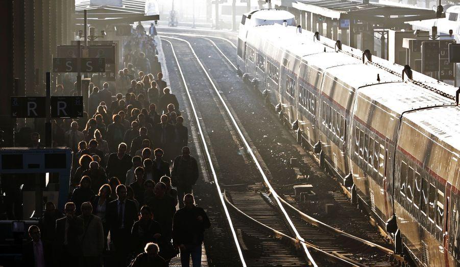 Une grève de la SNCF débutée mercredi soir, a obligé les utilisateurs des transports en commun à être patients ce jeudi. Ici, à la Gare de Lyon, à Paris, des milliers de passagers ont du faire face à des perturbations sur les trains de banlieue. Celles-ci devraient prendre fin vendredi matin.