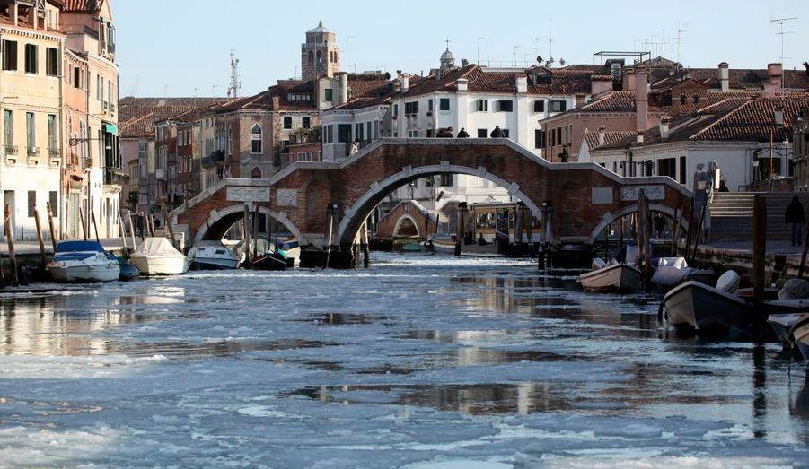 Un canal gelé, à Venise, en Italie. L'Europe est touchée par une vague de froid depuis plusieurs jours.