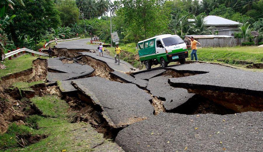 Un véhicule tente de se frayer un chemin afin de conduire à l'hôpital une victime du séisme de magnitude 6,8 qui s'est produit lundi au centre de l'archipel des Philippines. Les médias locaux rapportent que le tremblement de terre aurait fait 29 morts et 71 personnes sont portées disparues.