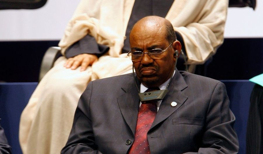 Près de huit mois après que le procureur de la Cour pénale internationale, Luis Moreno-Ocampo, a demandé à des juges d'émettre un mandat d'arrêt contre le président soudanais, la décision de la Cour pénale internationale (CPI) est tombée cet après-midi : Omar el-Béchir est devenu le premier président en fonction dont l'arrestation est exigée par le tribunal de La Haye. Omar el-Béchir est soupçonné de crimes de guerre et crimes contre l'humanité pour son implication dans le conflit au Darfour. En revanche, le grief de génocide a été abandonné par la CPI. Avant même que la décision ne tombe, le président soudanais avait à plusieurs reprises prévenu qu'il ne se plierait pas à ce mandat d'arrêt.