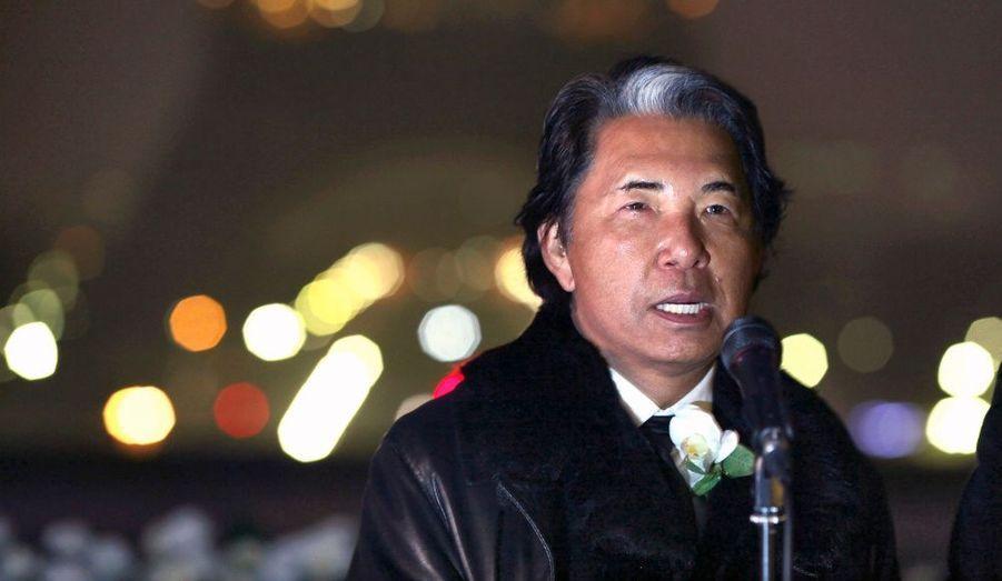 Le styliste Kenzo a participé samedi à une cérémonie commémorative sur l'esplanade du Trocadéro à Paris, un an après le séisme et le tsunami qui ont fait plus de 15800 morts et 3300 disparus au Japon.