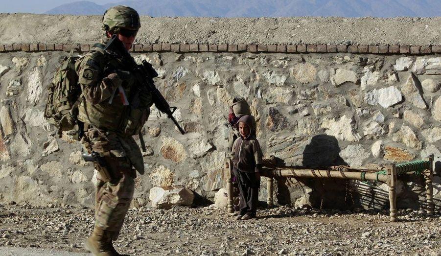Des enfants regardent une femme soldat américaine en patrouille dans la province de Nangarhar, à l'Est de l'Afghanistan.