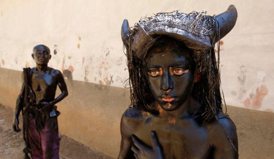 Les jeunes hommes de San Martin Tilcajete, au Mexique, se couvrent d'huile et de cendre pour éloigner les mauvais esprits avant la fête du Carême.