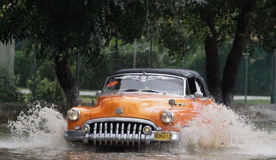 Un vieux taxi de 1950 parcourt une rue inondée de La Havane après une tempête dans la ville le 4 mars dernier.
