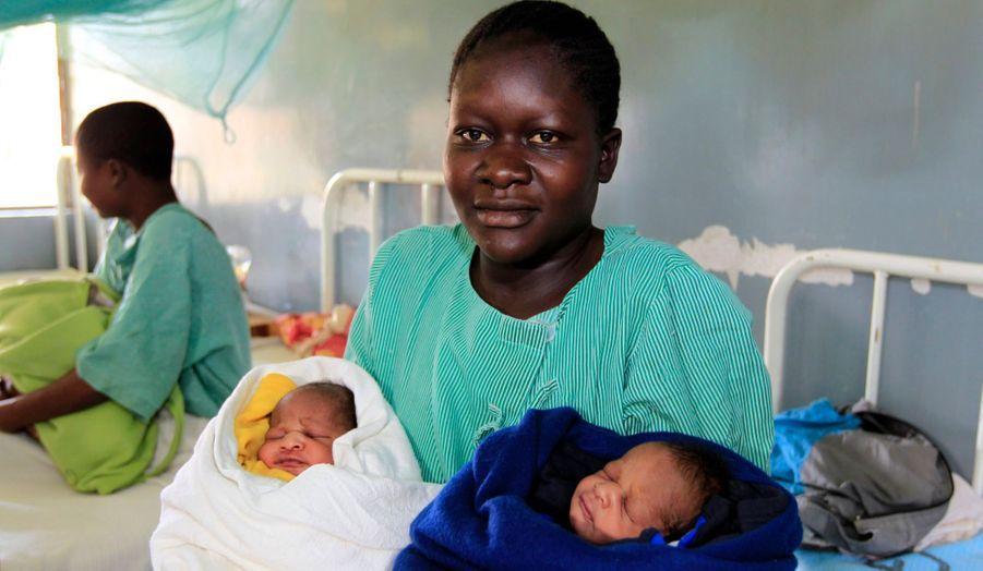 """Millicent Owuor, 20 ans, a pensé à une alliance particulière lorsqu'elle a choisi les prénoms de ses jumeaux, nés mercredi, jour de la réélection du président américain: Barack Obama et Mitt Romney. Elle a bel et bien donné à ses fils pour prénom les noms des deux candidats à la Maison Blanche, comme le rapporte le """"Standard"""", un journal local. La jeune femme est kényane, et a accouché à l'hôpital de Siaya, tout près du village de Kogelo, où vit la famille de Barack Obama. Sur la photo, Barack Obama est dans la couverture blanche et Mitt Romney dans la couverture bleue."""