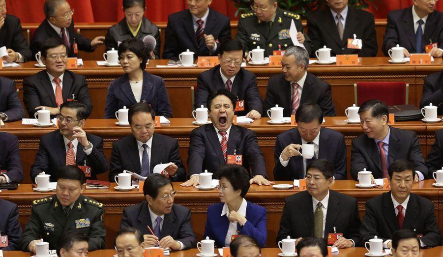 Un des délégués ne peut cacher sa fatigue, avant le 18e Congrès du PCC, qui s'est ouvert le 8 novembre, au Palais de l'Assemblée de Peuple, à Pékin, en Chine.