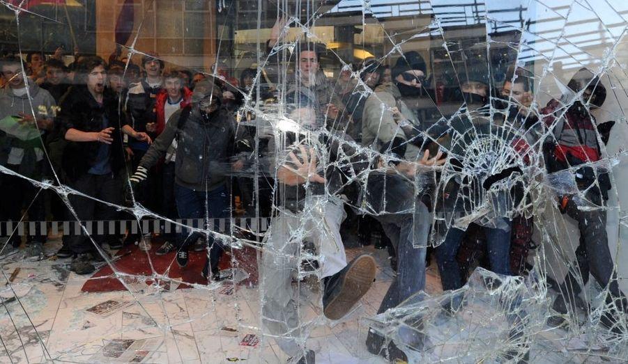 Une manifestation contre la hausse des frais d'inscription à l'université a dégénéré à Londres.Huit personnes ont été blessés et le siège du Parti conservateur au pouvoir a été en partie saccagé par les étudiants en colère.